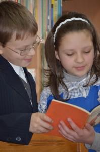 Copii citind carti